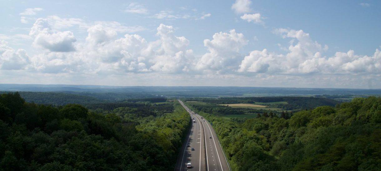 Autostrady w Polsce – ile kosztuje przejazd, jak za nie płacić?