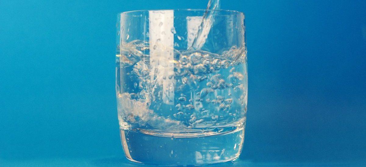 Ponad 6 złotych za pół litra (wody!). UOKiK zbadał czy zdzierają z nas na lotniskach