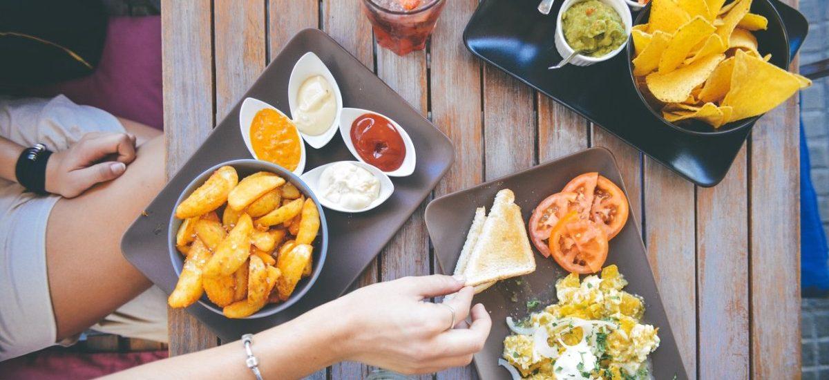 Zamawiasz dietetyczne kuwetki do domu? Sanepid alarmuje, że już lepiej jeść z podłogi