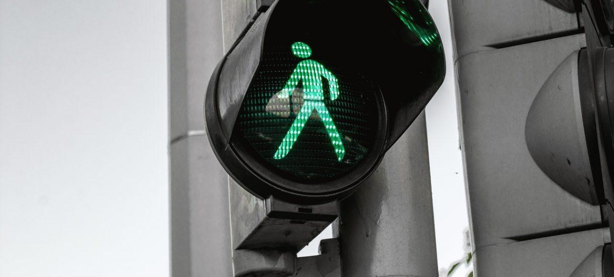 Nawet mając zielone światło trzeba się dokładnie rozejrzeć. Zawsze też można zwalić winę na lokalny układ