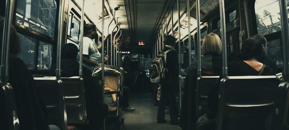 """""""Nie wsiądę do metra, bo dress-code"""" – czy komunikacja publiczna i rowery są tylko dla """"plebsu""""?"""