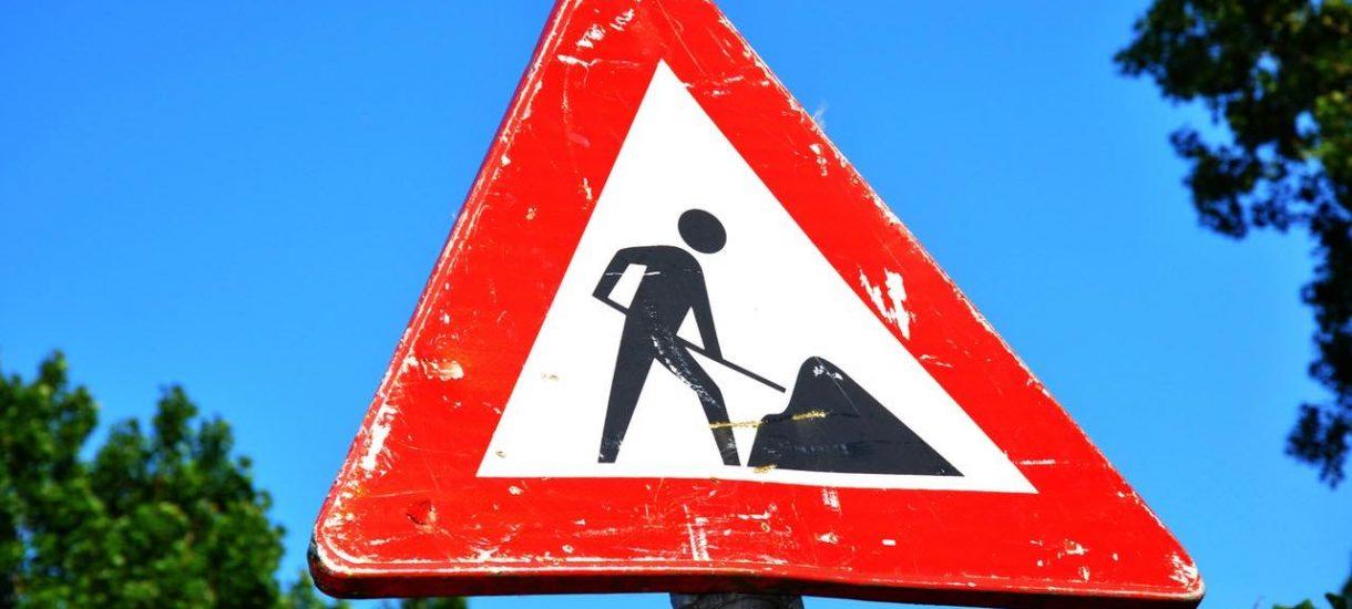 64 znaki drogowe na każdy kilometr drogi? To niezły biznes, tak jak cała infrastruktura każdej ulicy