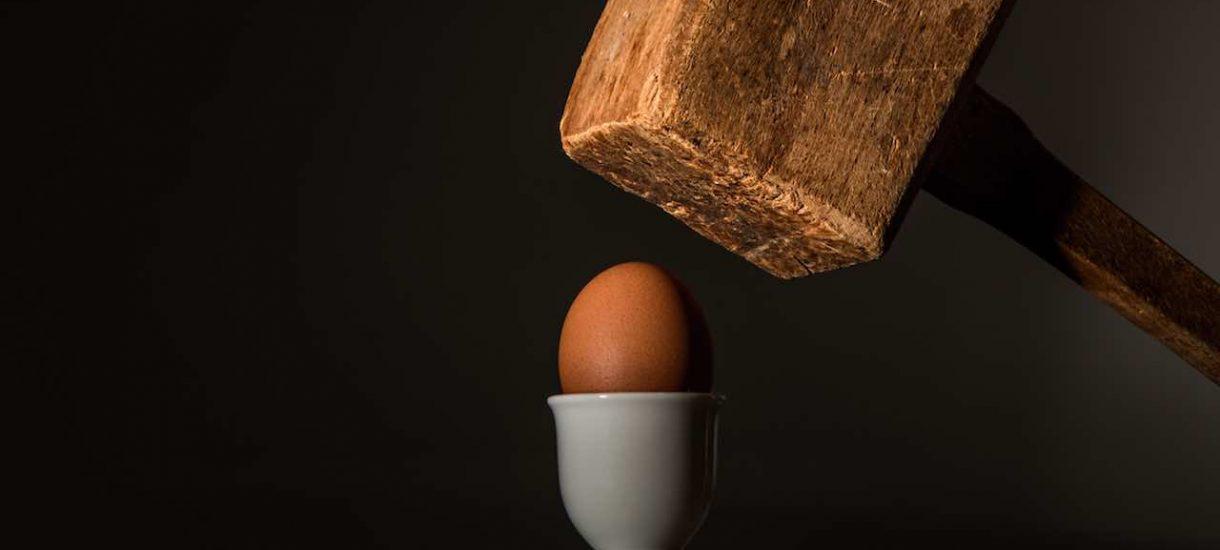 Nie, nawet znana pisarka nie może bezkarnie rzucać jajkami w Kaczyńskiego