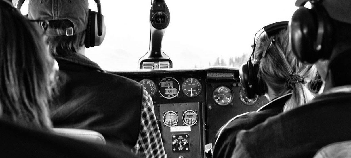 Lecisz sobie spokojnie samolotem, a tu nagle obaj piloci zaczynają się bić między sobą. Jaka jest twoja reakcja?