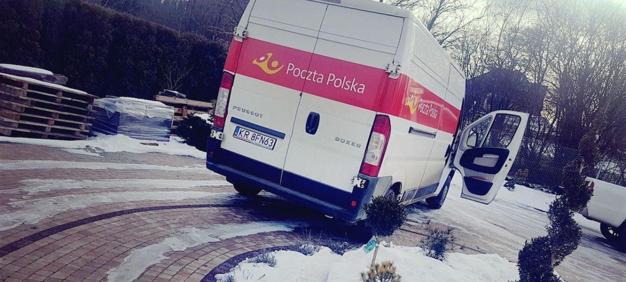 """Kurier Pocztex zdemolował samochodem prywatne podwórko. Poczta Polska: """"To idź pan na policję"""""""