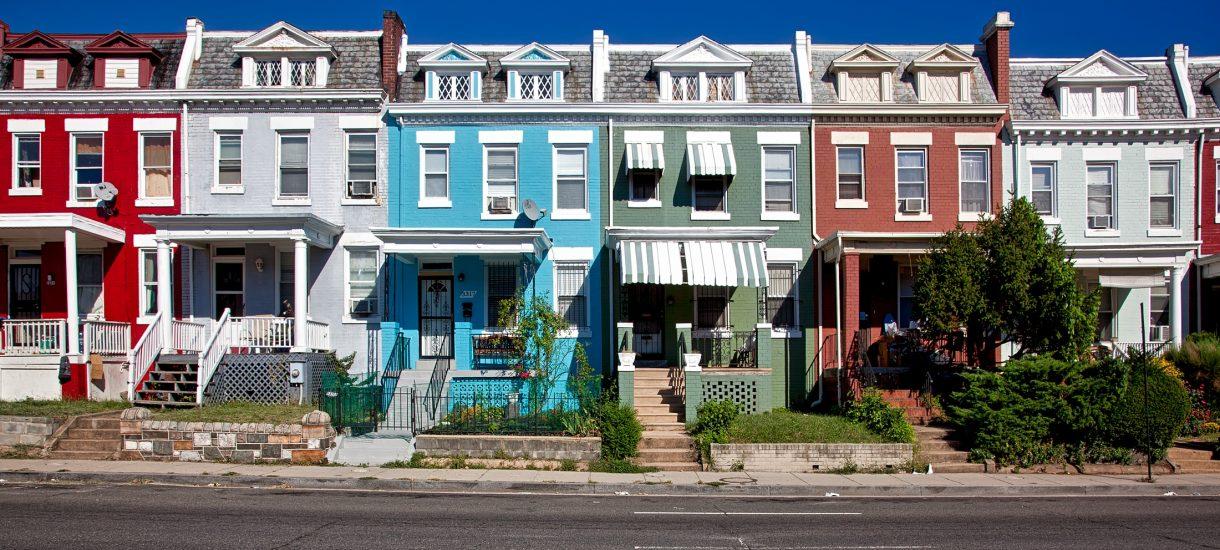 """""""Sąsiedzi"""". Od pięciu lat niszczą życie własnej sąsiadce, śmieją się w twarz policji, TVN i Wykopowi"""