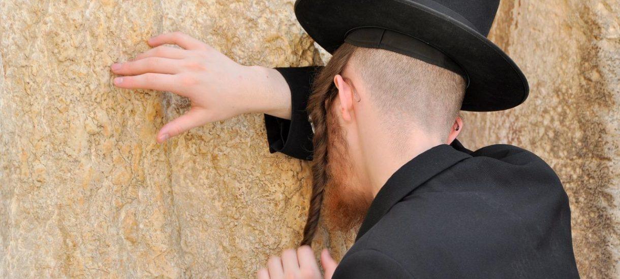 Przefarbował włosy na rudo, zapuścił pejsy i stał się rabinem. Oto jak fałszywy rabin był twarzą Dni Judaizmu w Poznaniu