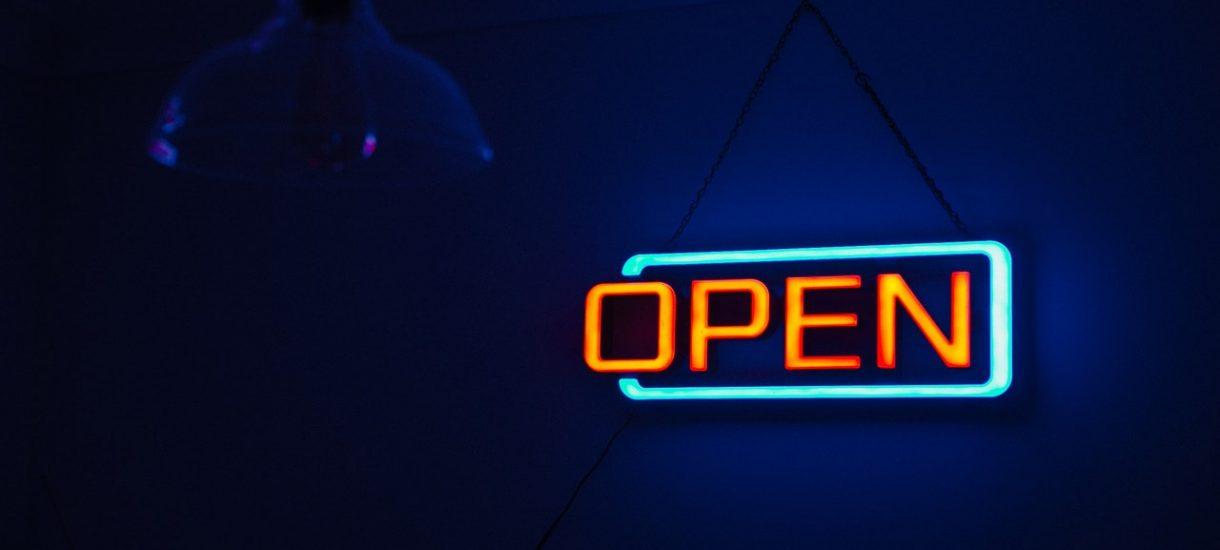 Automaty w sklepach, a odbiór na parkingu – nowy pomysł na obejście niedzielnego zakazu handlu
