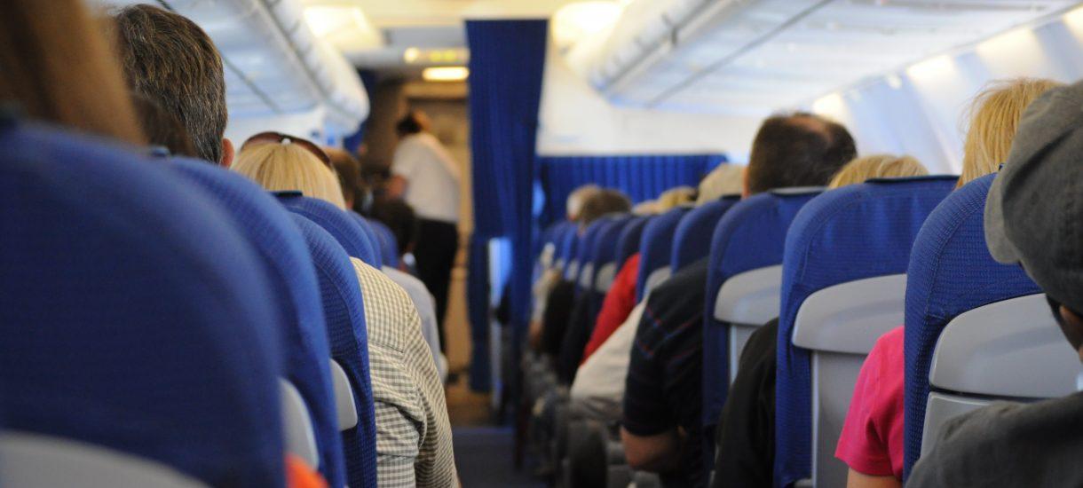 Bagaż podręczny a największe linie lotnicze – co i kiedy można zabrać ze sobą?