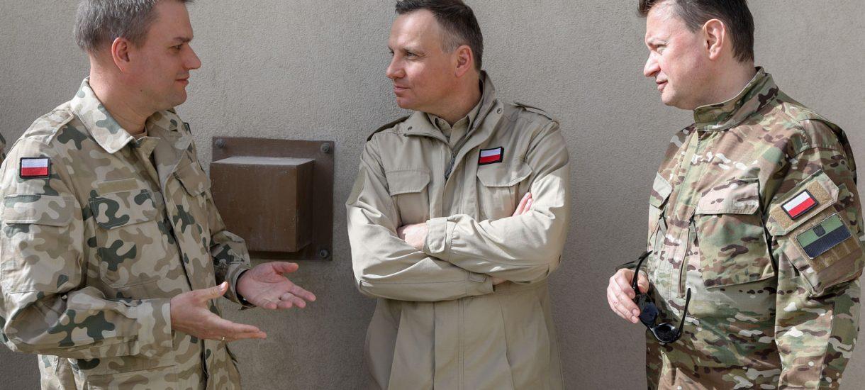 Min. Błaszczak i Macierewicz – oni uwielbiają się pokazywać w mundurach. Czy to w ogóle legalne?