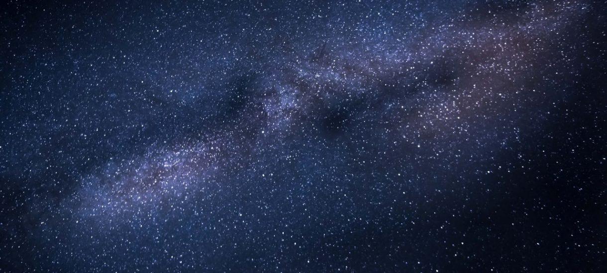 Stephen Hawking nie żyje. Populacja antyszczepionkowców i płaskoziemców powiększa się