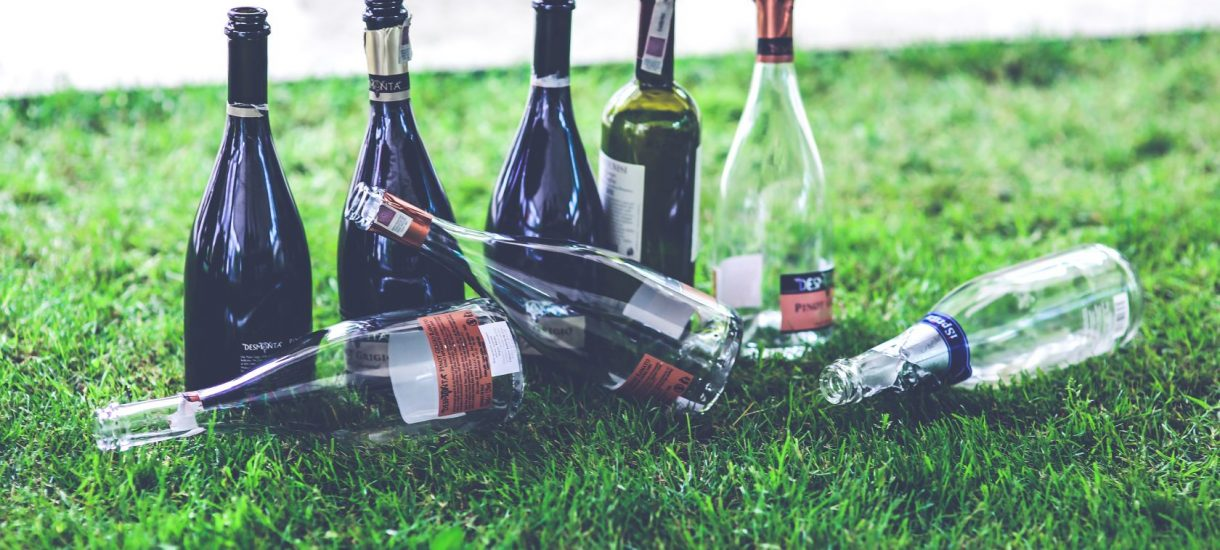 Zakaz picia alkoholu w miejscach publicznych od paru dni obowiązuje wszędzie. Warszawski ratusz na czele ruchu oporu