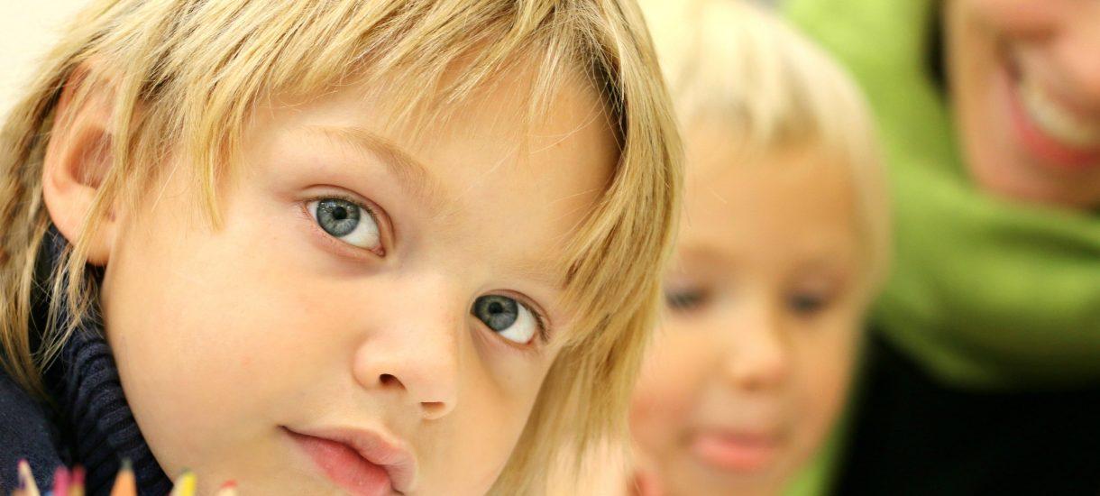 Gazeta sugeruje, że klasa średnia wysyła swoje dzieci do szkół prywatnych, by nie przebywały z tymi biedniejszymi