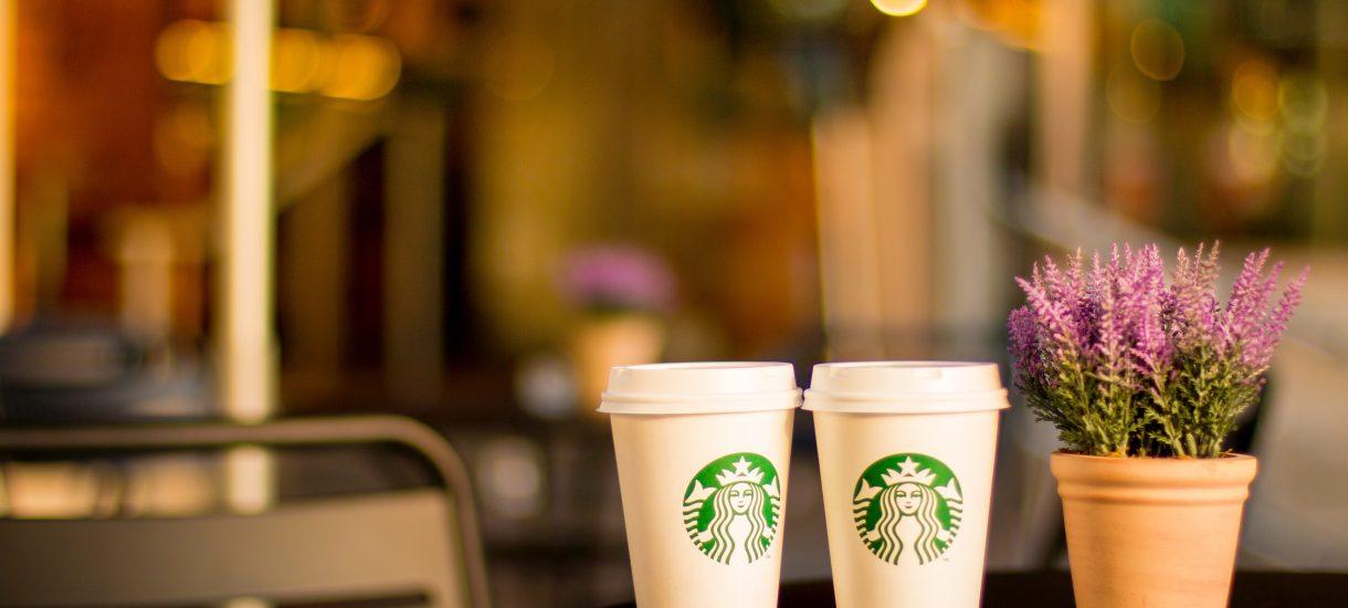 """Czarnoskóry mężczyzna nazwał Starbucksa """"rasistowskim"""", więc… dostał darmową kawę. To wszystko robi się już dziwne"""