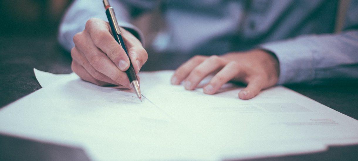 Podpisywanie umowy przy dyszącym nad głową kurierze może być niezgodne z prawem