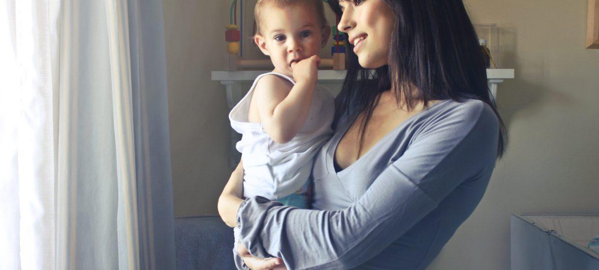 """Emerytury dla matek już od przyszłego roku. Co naprawdę kryje się za programem """"Mama plus""""?"""