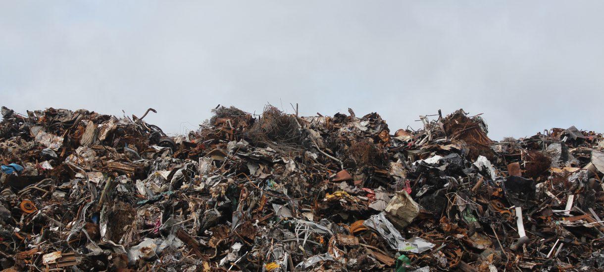 """""""Mafia śmieciowa"""" atakuje kolejne wysypiska. Co planuje zrobić rząd z plagą pożarów odpadów?"""