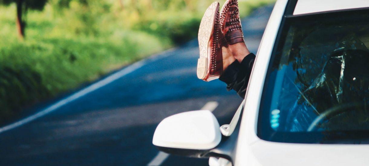 Obowiązek jazdy na suwak, brak limitu na autostradach, zakaz parkowania za blisko – na te zasady drogowe czekam