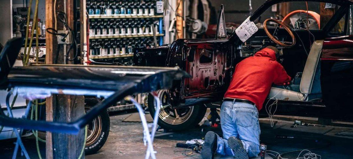 Mechanik i właściciel samochodu zatrzymani za cofnięcie licznika pojazdu o 100 tysięcy km. Grozi im do 8 lat pozbawienia wolności