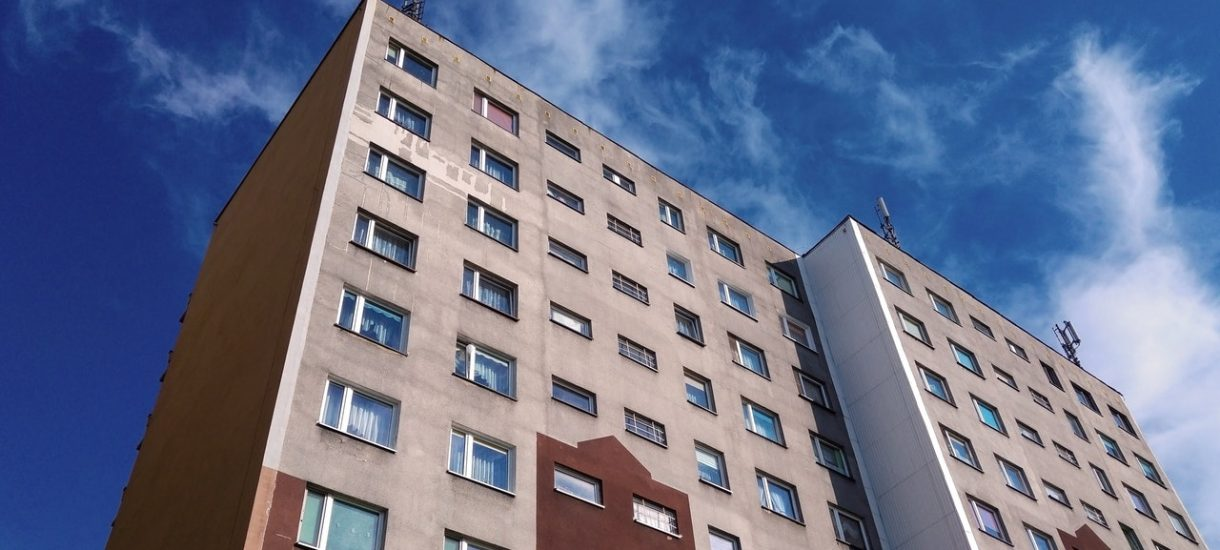 Postawiono 7 bloków, ale wojewoda małopolski widzi tam 37 domków jednorodzinnych. I chyba ma rację