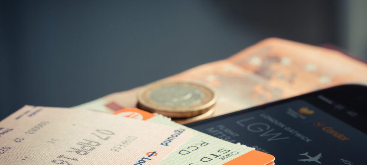 Kupiłeś bilet i popełniłeś błąd w nazwisku? Taniej wyrzucić i kupić nowy. Nawet 760 zł za błąd w nazwisku – tyle kosztuje zmiana danych na bilecie lotniczym