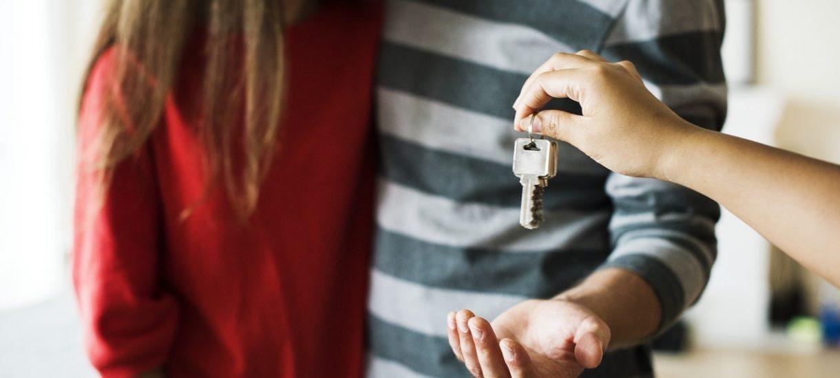 Czy właściciel mieszkania może wejść do wynajmowanego mieszkania? Kiedy wizyta narusza mir domowy?