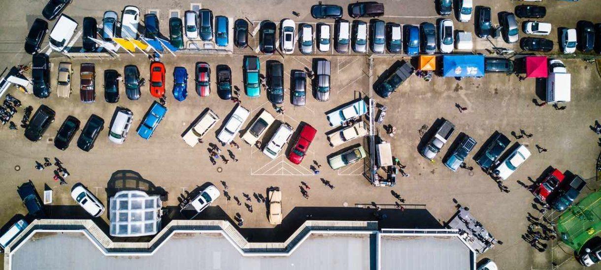 Czy naklejanie karnych łosi za nieprawidłowe parkowanie jest zgodne z prawem? Co mi grozi za samozwańcze karanie innych kierowców?