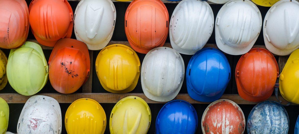 Polska się buduje, a branża budowlana się sypie. Do pracy w budowlance brakuje nawet 200 tysięcy osób