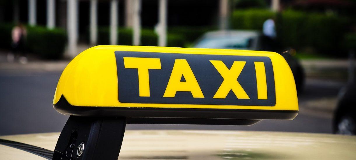 """5 zł za klimatyzację, 5 zł za bagaż – czy takie opłaty w taksówce to już naciąganie? Nie, jeśli kierowcą jest """"Janusz biznesu"""""""