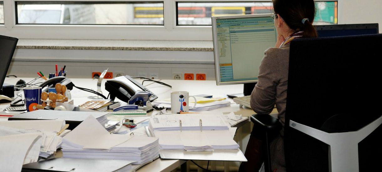Problemy kadrowe w budżetówce? Praca w MOPS mniej opłacalna niż w Biedronce