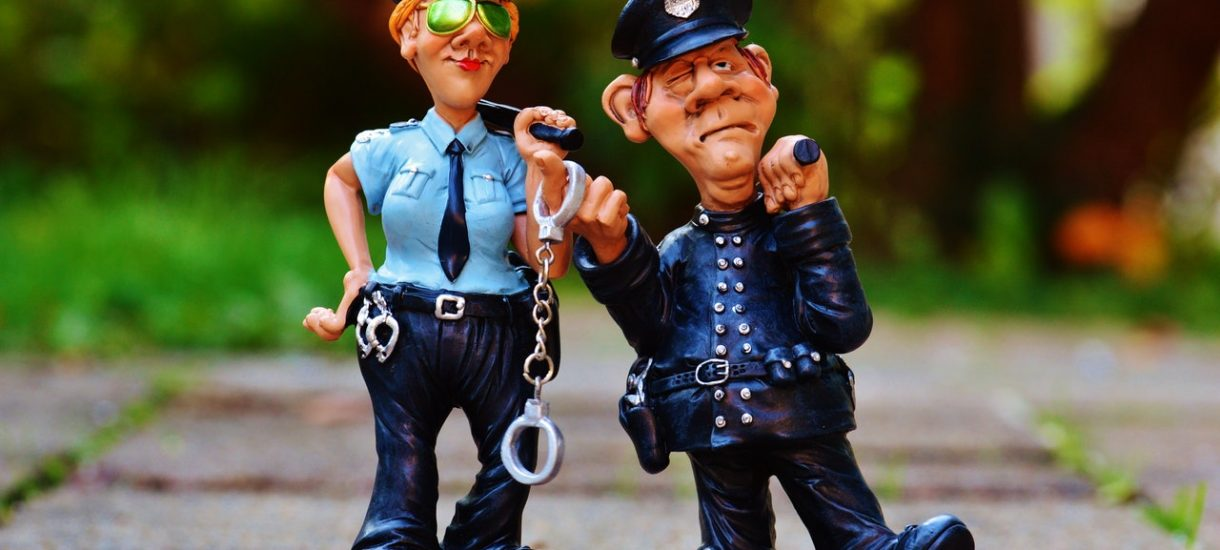Kiedy szeryf drogowy czuje się prawdziwym szeryfem. Czy podszywanie się za policjanta jest karalne?