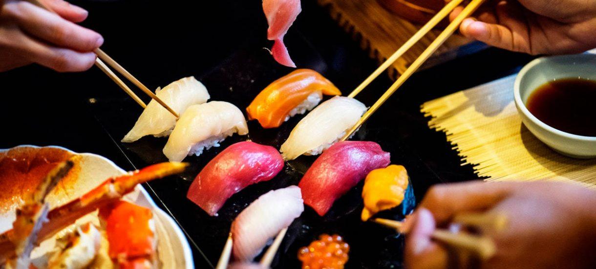 """Triathlonista zjadł 100 porcji sushi w restauracji """"płać raz i jedz, ile chcesz"""". Właściciele powiedzieli, że nie chcą go więcej widzieć"""