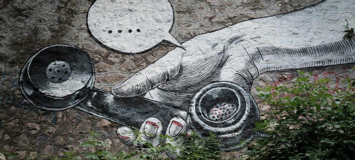Banksy zniszczył swoje dzieło tuż po zakończeniu aukcji. Czy nabywca musi płacić za pocięty obraz milion funtów?