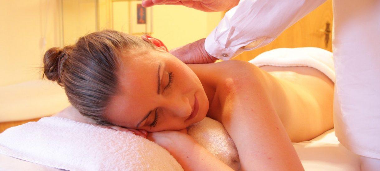 """Agencje towarzyskie narobiły problemów fizjoterapeutom ofertami """"masażu"""". Masażystka musi teraz tłumaczyć, że nie jest prostytutką"""