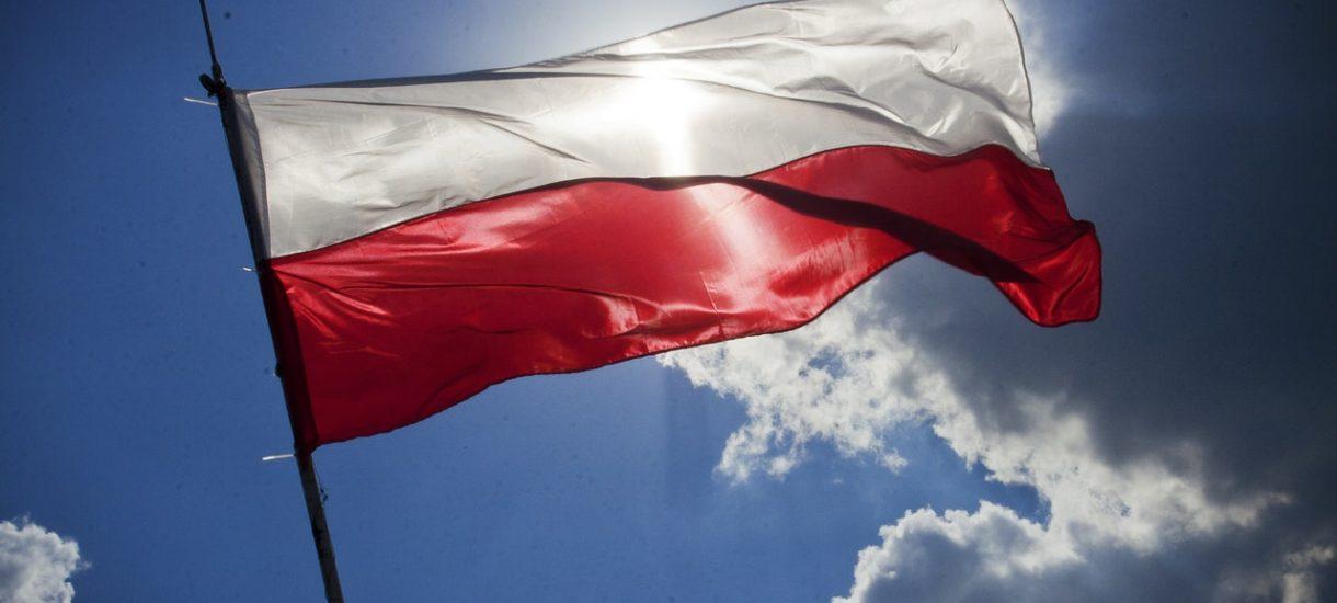 Flagę Polski się podnosi, a nie wiesza. Flaga Polski jest ściśle określona przez prawo, a flaga z napisami nie jest flagą