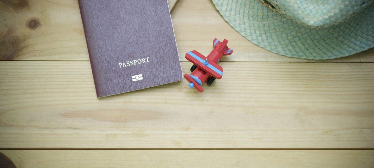 """Nowy wzór paszportu budzi kontrowersje. Czy hasło """"Bóg Honor Ojczyzna"""" jest na tyle dyskusyjne, że nie powinno znaleźć się na nowym wzorze paszportu?"""