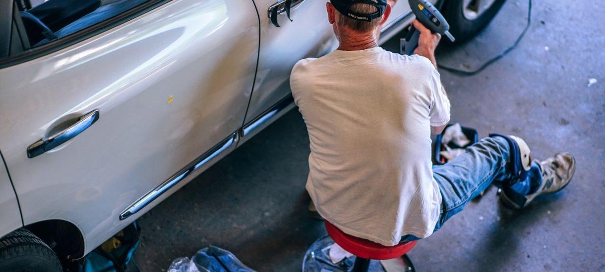 Ktoś doniósł na urzędniczki Urzędu Skarbowego, które zaszczuły mechanika, bo… celowo jechały niesprawnym samochodem