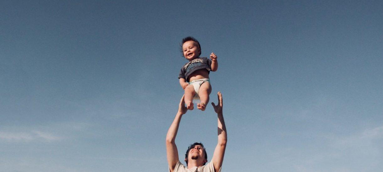 Urlop ojcowski i urlop tacierzyński to nie jest to samo. Sprawdź, czym się różnią
