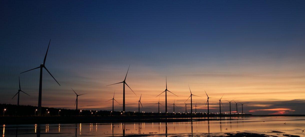 """Sektor finansowy coraz chętniej wspiera """"zielone inwestycje"""". Farmy fotowoltaiczne pojawią się również w… Dubaju"""