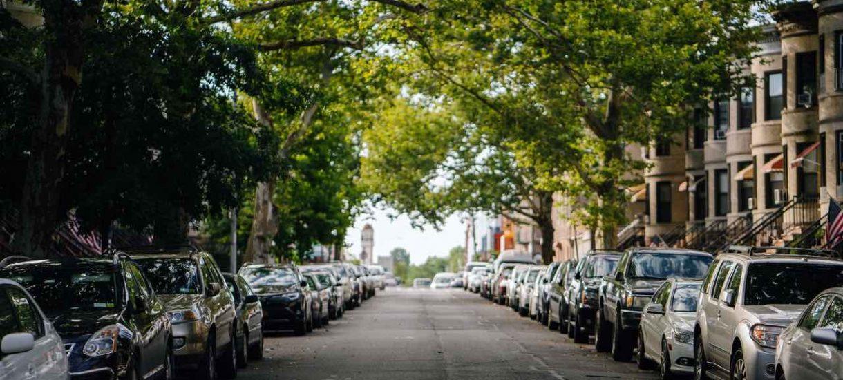 Brak biletu parkingowego za szybą nie może być podstawą do nałożenia mandatu. Mimo wszystko za parkowanie trzeba zapłacić