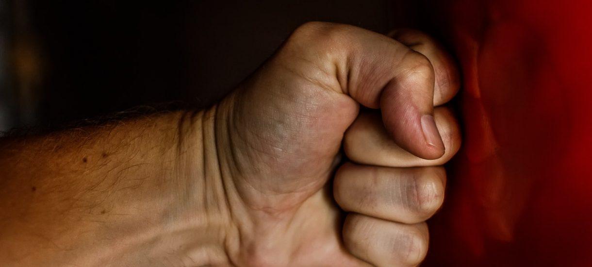 Nadchodzą złote czasy dla tyranów domowych i damskich bokserów. Jednorazowe pobicie nie będzie uznawane za przemoc w rodzinie