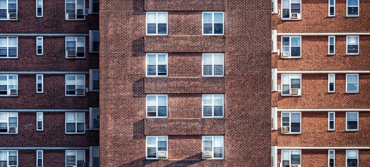 Zarobki lokatorów mieszkań komunalnych: za dużo, żeby płacić niski czynsz, za mało żeby opłacić coś więcej