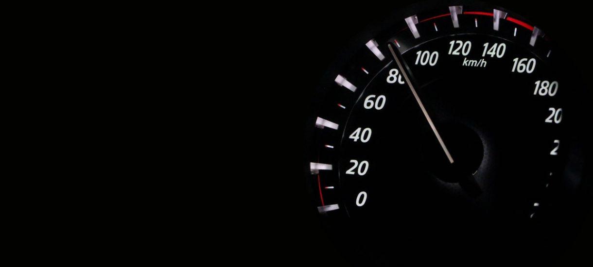 UE chce zamontowania w samochodach czarnych skrzynek i ograniczników prędkości