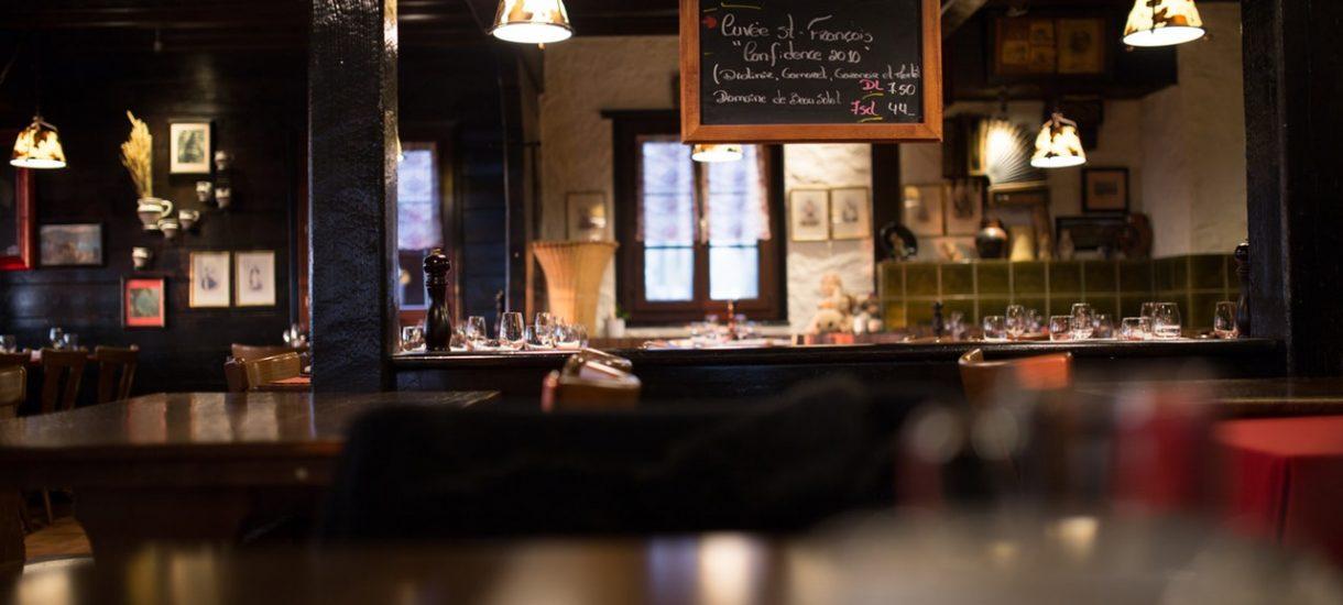 Znana restauracja doprasza się o dobre opinie na Facebooku. Jak ktoś krytykuje, dostaje z kolei groźby