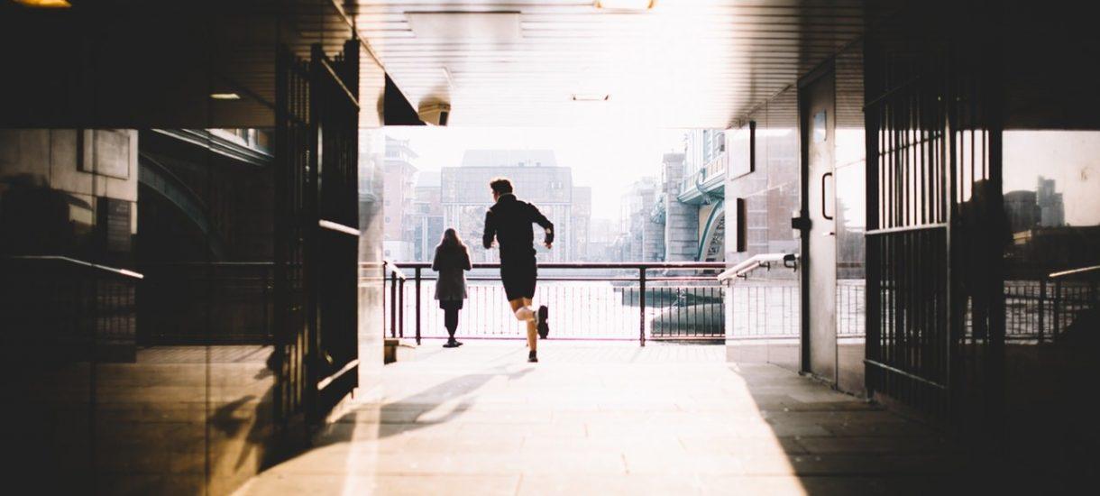 Spóźnienie do pracy: pracodawca ma prawo wyciągnąć konsekwencje, ale zazwyczaj tego nie robi