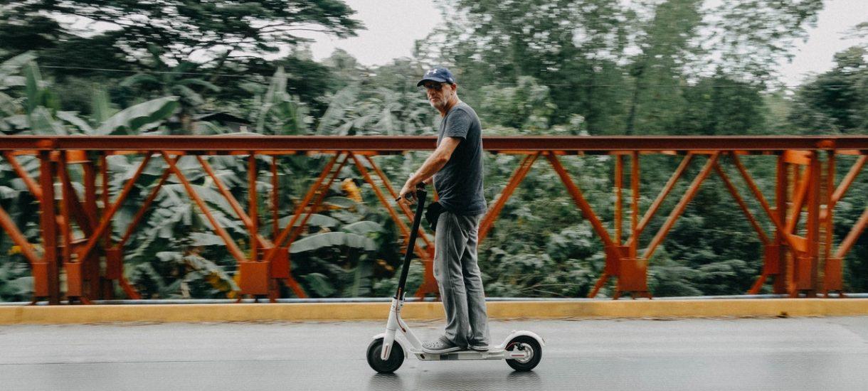 Czy jazda hulajnogą elektryczną po alkoholu jest legalna, skoro to właściwie poruszanie się na pieszo?