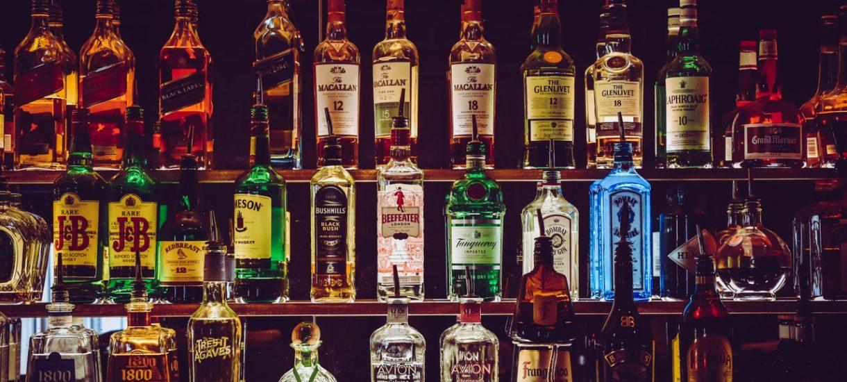 Handel alkoholem w Polsce jest ograniczony, ale kreatywni sprzedawcy radzą sobie z tym na swój sposób