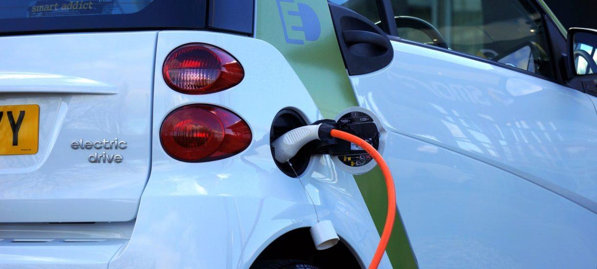 Dźwięk samochodów elektrycznych będzie musiał przypominać ten, który wydają pojazdy spalinowe. Znamy datę wprowadzenia takiego obowiązku