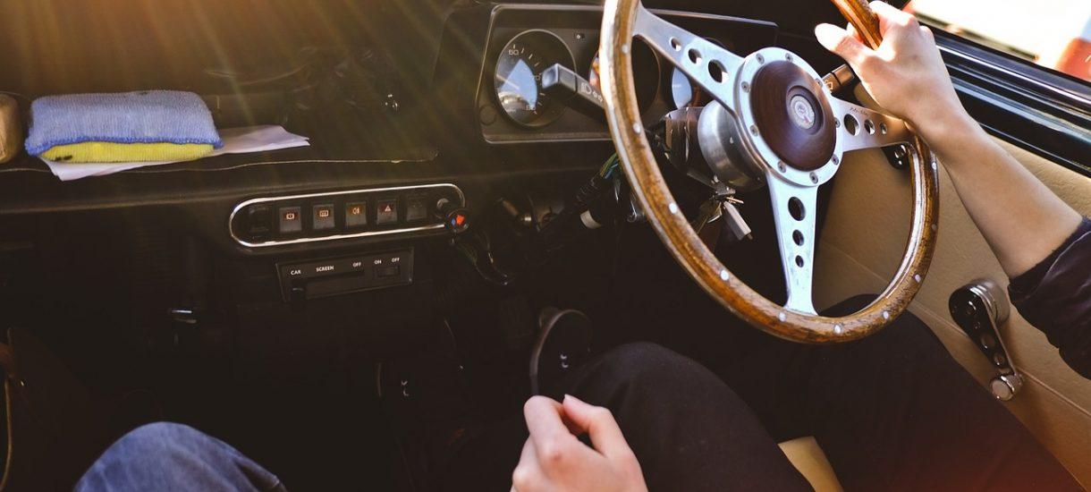 Czy można prowadzić samochód w szpilkach?