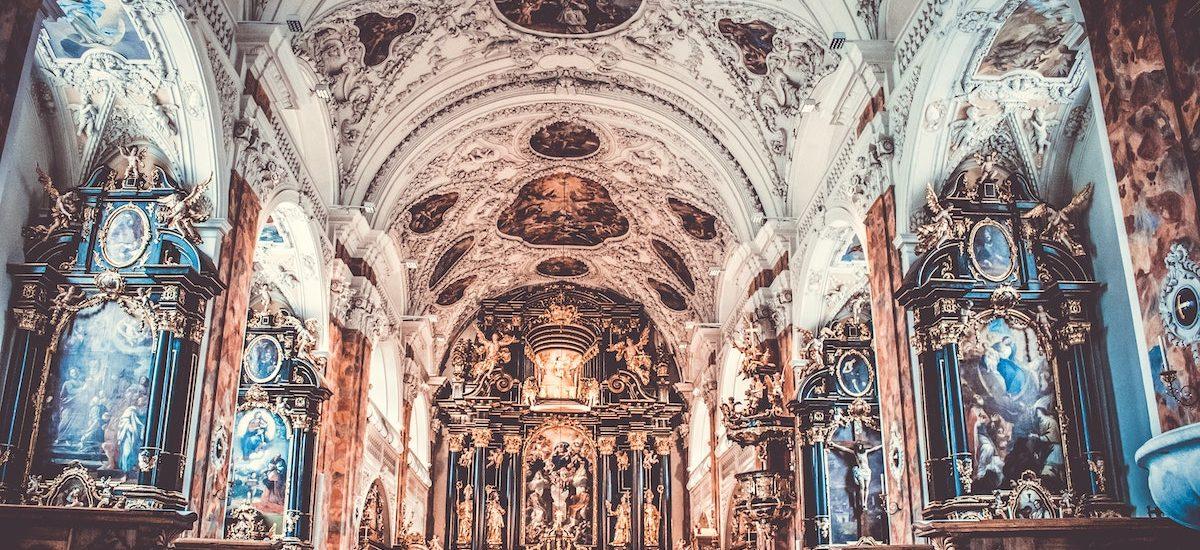 Co z ZUS-em i co z tacą? Omawiamy opodatkowanie Kościoła w Polsce